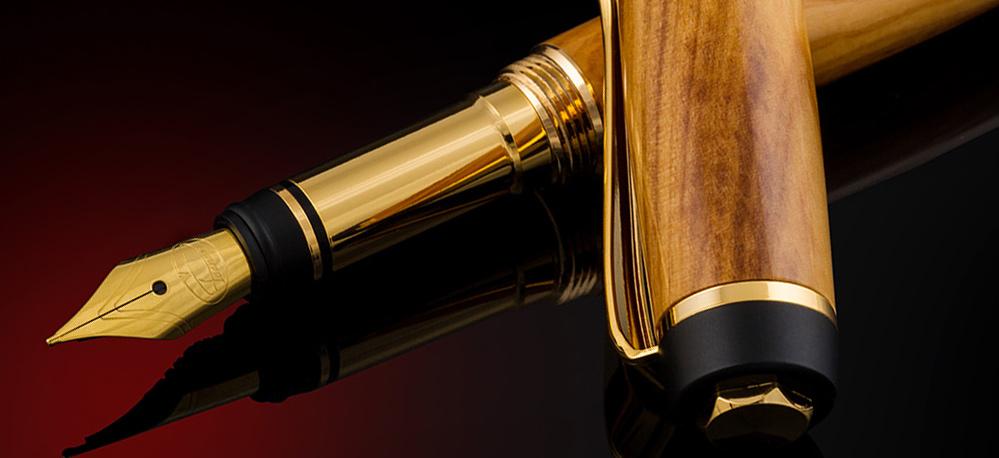 Stiloul de lux confecționat din lemn – de la un simplu instrument de scris la o adevărată piesă de colecție. Descoperă principalele întrebuințări ale stiloului de lux și motivele care îl fac cadoul ideal pentru oricine
